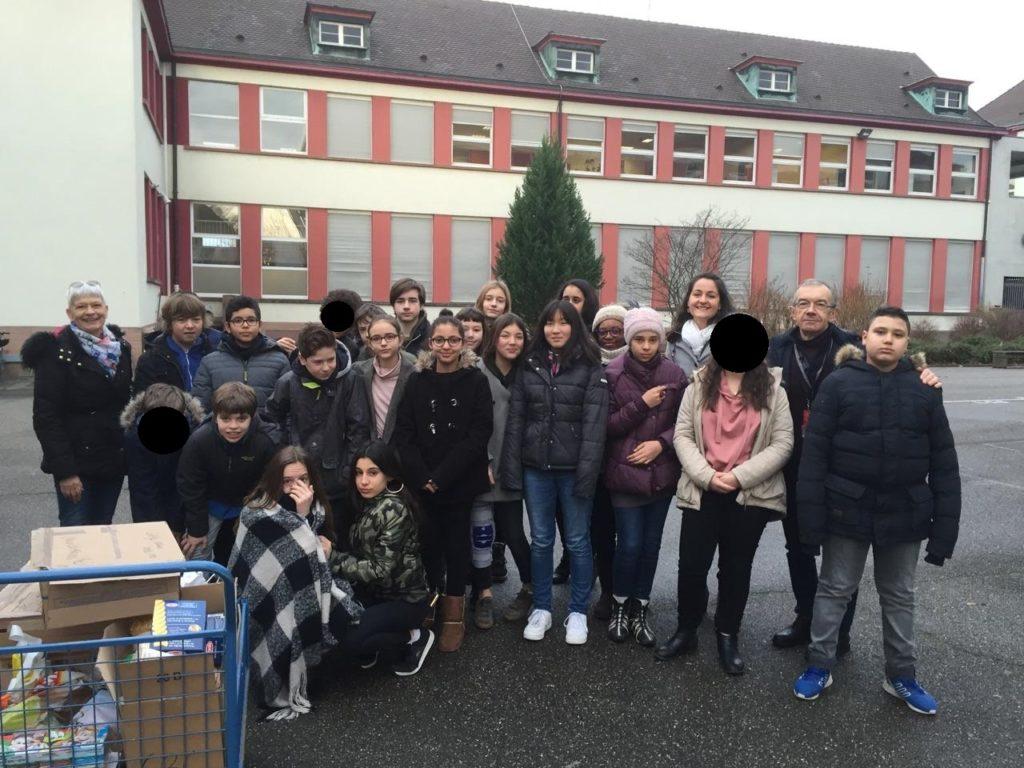 Les élèves de 5A, qui ont participé à l'action, accompagné de leur professeur d''Histoire-géo-EMC (à droite), de Martine Munch à gauche (bénévole) et  de DanielBelletier (président des Resto du Coeur Bas-Rhin).
